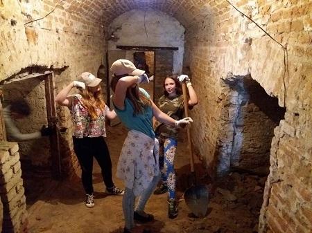 Невеличка перерва під час важкої роботи в підземеллях палацу